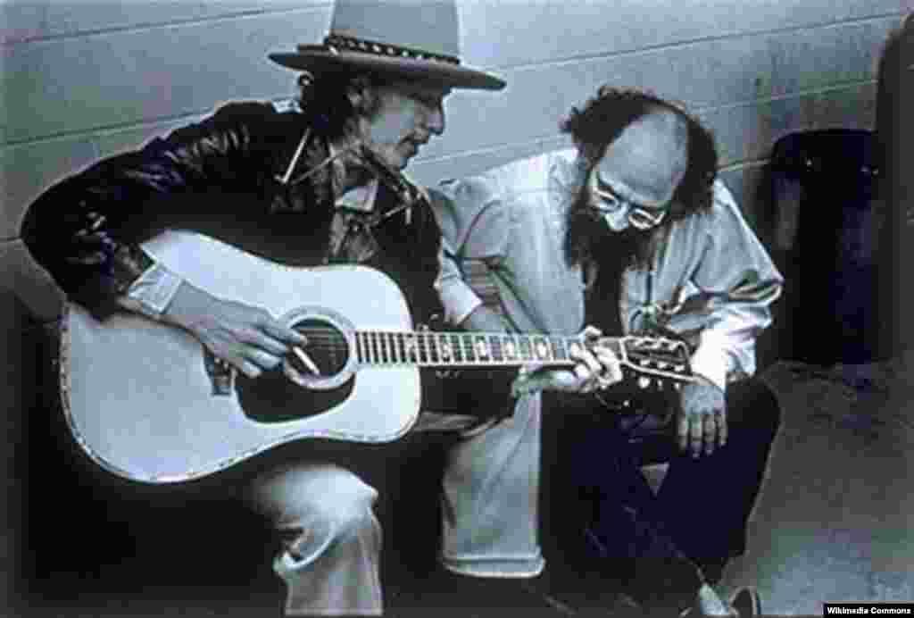 Дилан с поэтом и одним из основателей битничества Алленом Гинзбергом в 1975-м.