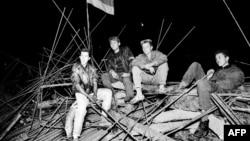 Защитники московского Белого дома на баррикадах, 20 августа 1991 года