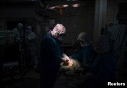 Операция в Филатовской больнице в Москве, май 2020 года. Фото: Reuters