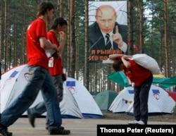 """В лагере движения """"Наши"""" на озере Селигер, 17 июля 2007 года. Фото: Reuters"""