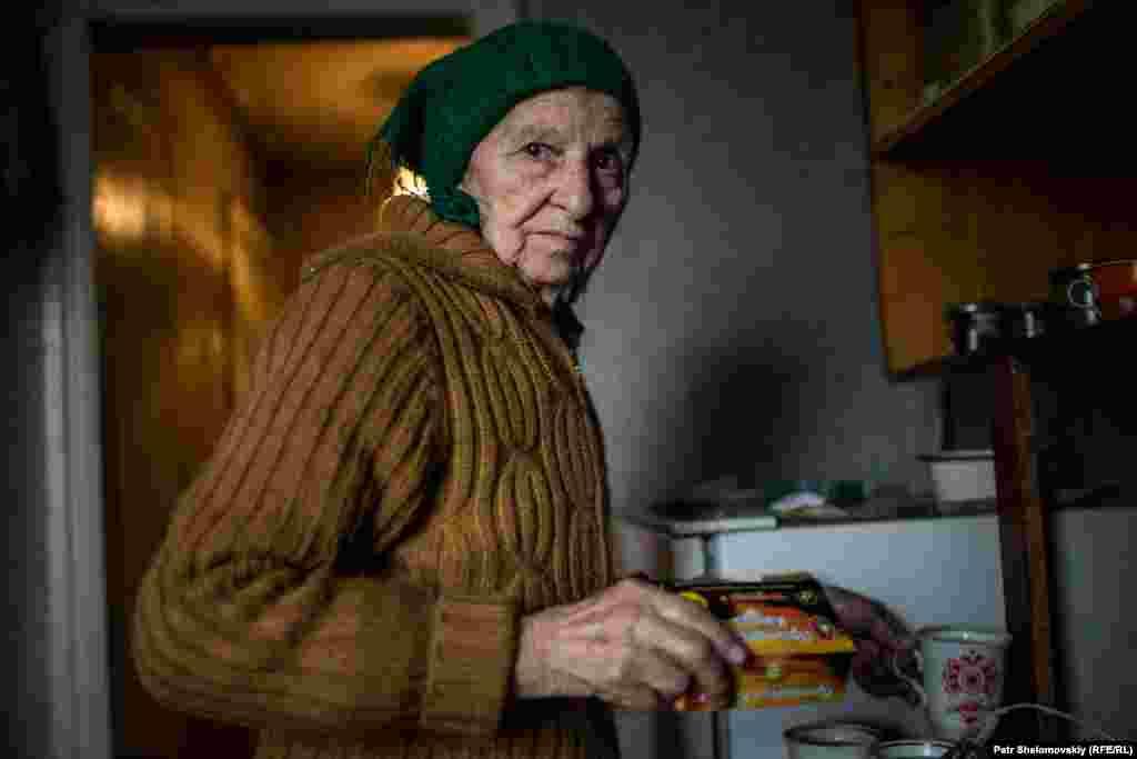 Некоторое время 84-летняя Раиса Козакова делила свой дом еще с 8 людьми, которые нуждались в убежище. Сейчас они вернулись к себе. Во время обстрелов крыша дома Раисы сильно пострадала – теперь снег и дождь попадают внутрь
