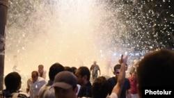 Взрыв светошумовой гранаты во время столкновений с полицией 20 июля в Ереване
