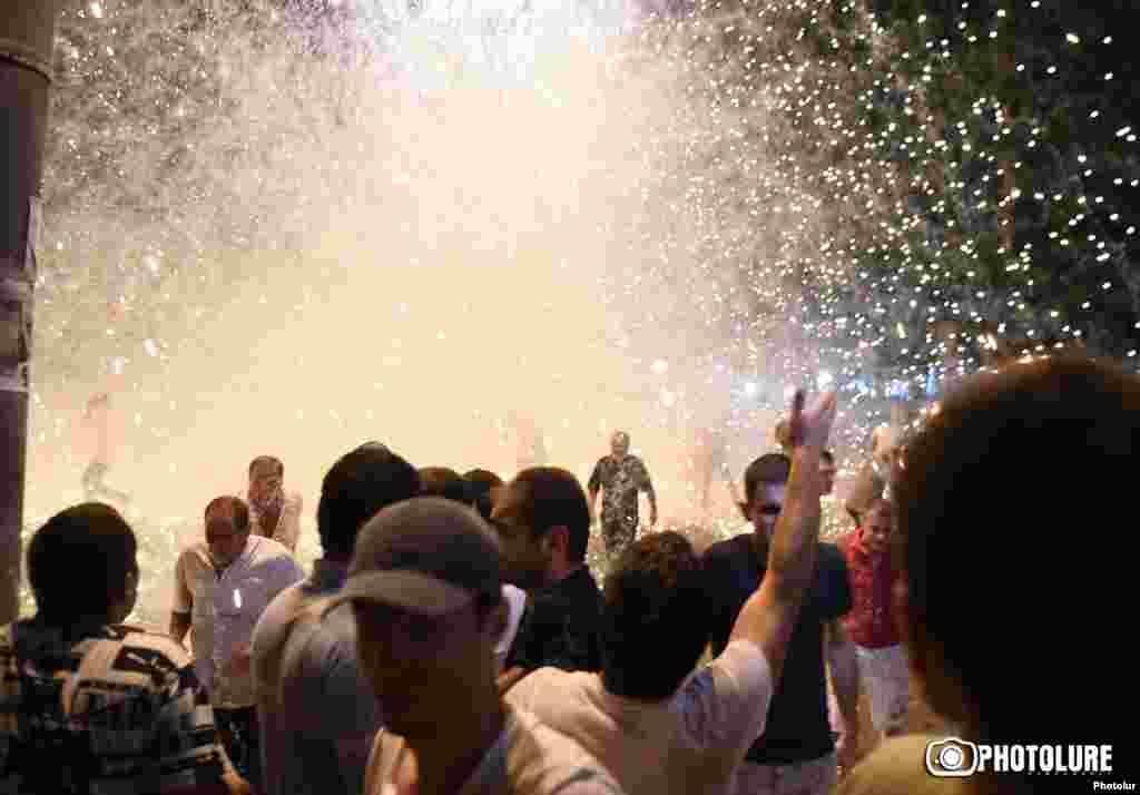"""Летом этого года в Ереване вооруженная группа """"Сасна Црер"""" захватила здание полиции и потребовала освободить политических заключенных и сменить власть в стране. Тогда же сотни людей вышли на улицы с мирным протестами в поддержку захватчиков, а полиция эти протесты жестоко разогнала: против демонстрантов и журналистов применили слезоточивый газ, светошумовые гранаты и резиновые дубинки. Радикальные оппозиционеры удерживали здание полиции в течение двух недель, но потом добровольно сложили оружие, так и не добившись своих требований. После этих событий армянские власти задержали 24 человек, причастных к захвату, а в странезапретили продажу оружия. Тем не менее президент Серж Саргсян пообещал реформы и сформировать """"власть национального согласия"""""""
