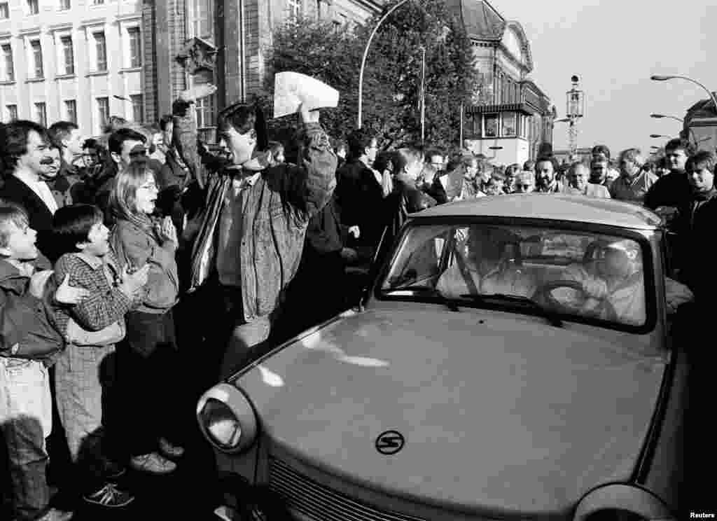 """Когда рухнула Берлинская стена, запах выхлопных газов на улицах Берлина прозвали """"духами свободы""""."""