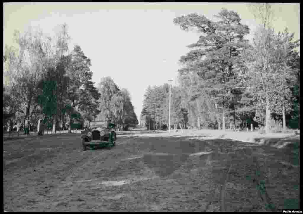 Примета нового времени и уникальный для Полесья того времени кадр: в Пинский район заехал автомобиль