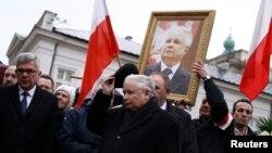 Ярослав Качиньский – брат Леха Качиньского – с портретом погибшего президента