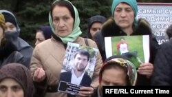 Родственницы пропавших в Дагестане молодых людей на митинге в Махачкале, октябрь 2016 года