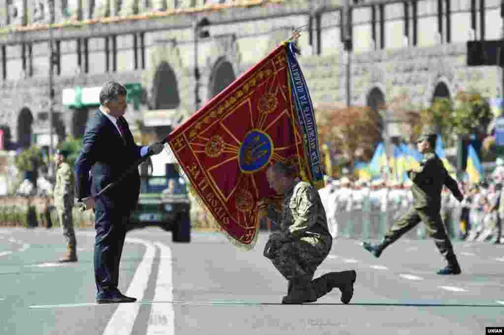 Петр Порошенко также провел церемонию вручения боевых знамен воинским подразделениям