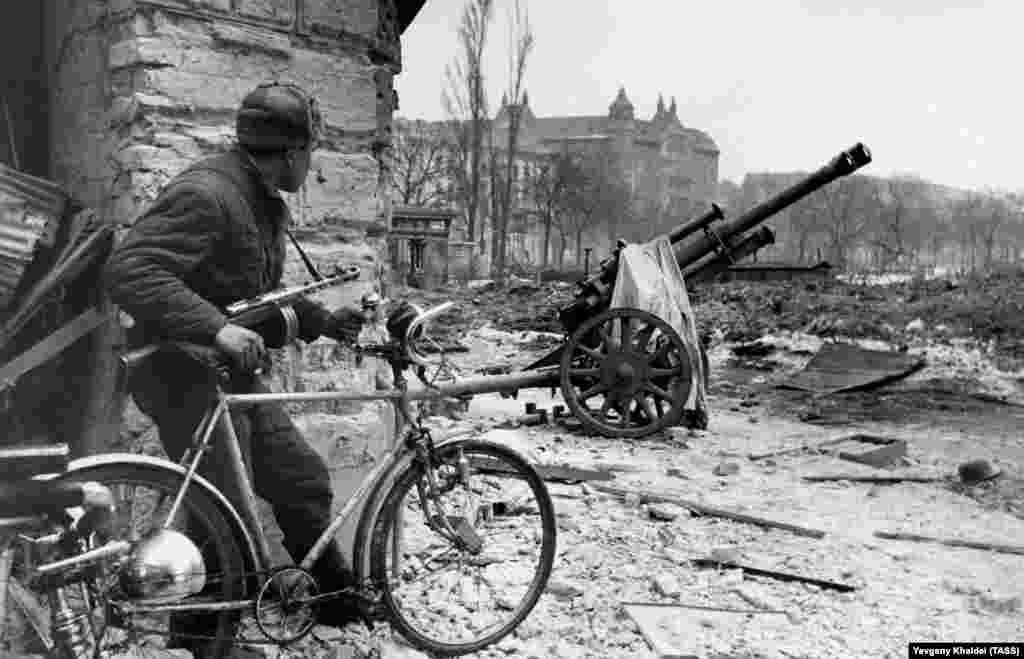Солдат Красной армии в разрушенном войной центре Будапешта, 1945 год