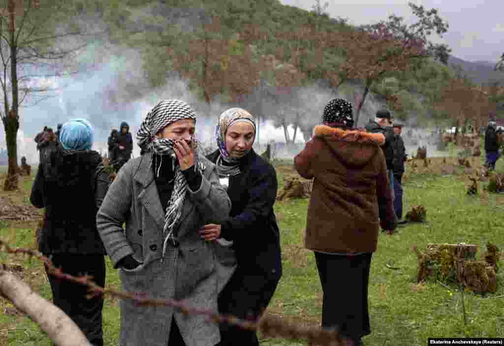 """Анчевская стала свидетелем этих событий. По ее словам, большая часть участвовавших в протестах все еще живут травматичными воспоминаниями из прошлого. """"Они уже потеряли свои дома в Чечне. Они беженцы и боятся, что снова потеряют свои дома"""", – рассказала фотожурналистка"""
