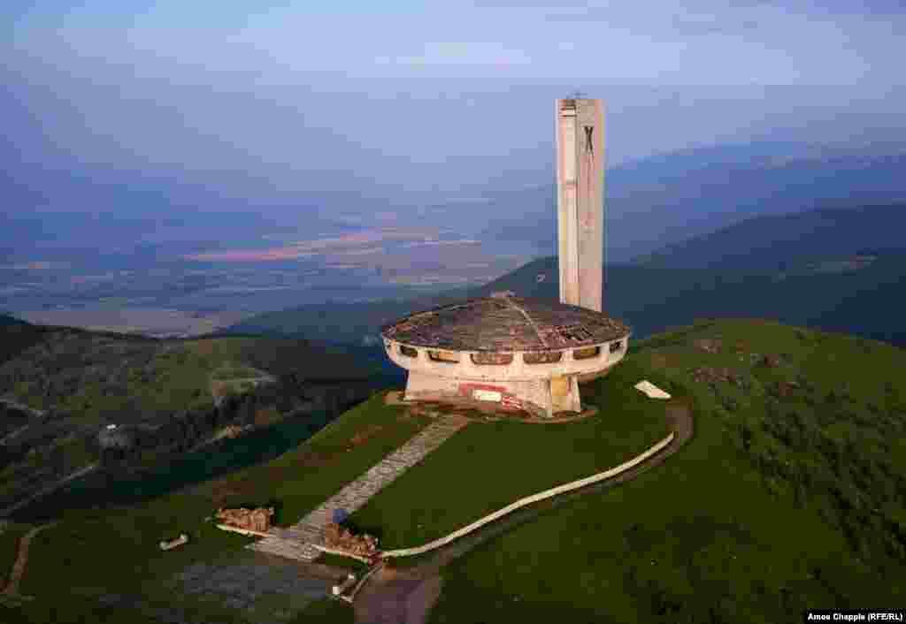 Балканские горы, Болгария. Заброшенный памятник времен коммунизма на горе Бузлуджа (1441 м)