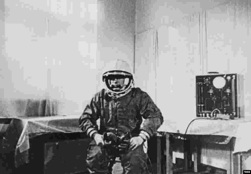 """Гагарин перед полетом в космосна космодроме Байконур, Казахстан.12 апреля 1961 года он выполнил один оборот вокруг Земли на космическом корабле""""Восток-1"""""""