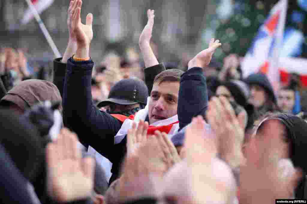 Протестующие держали в руках плакаты с лозунгами за независимость и бело-красно-белые флаги. На площади выступили несколько известных в Беларуси оппозиционных политиков и общественных деятелей. Фото:svaboda.org (RFE/RL)