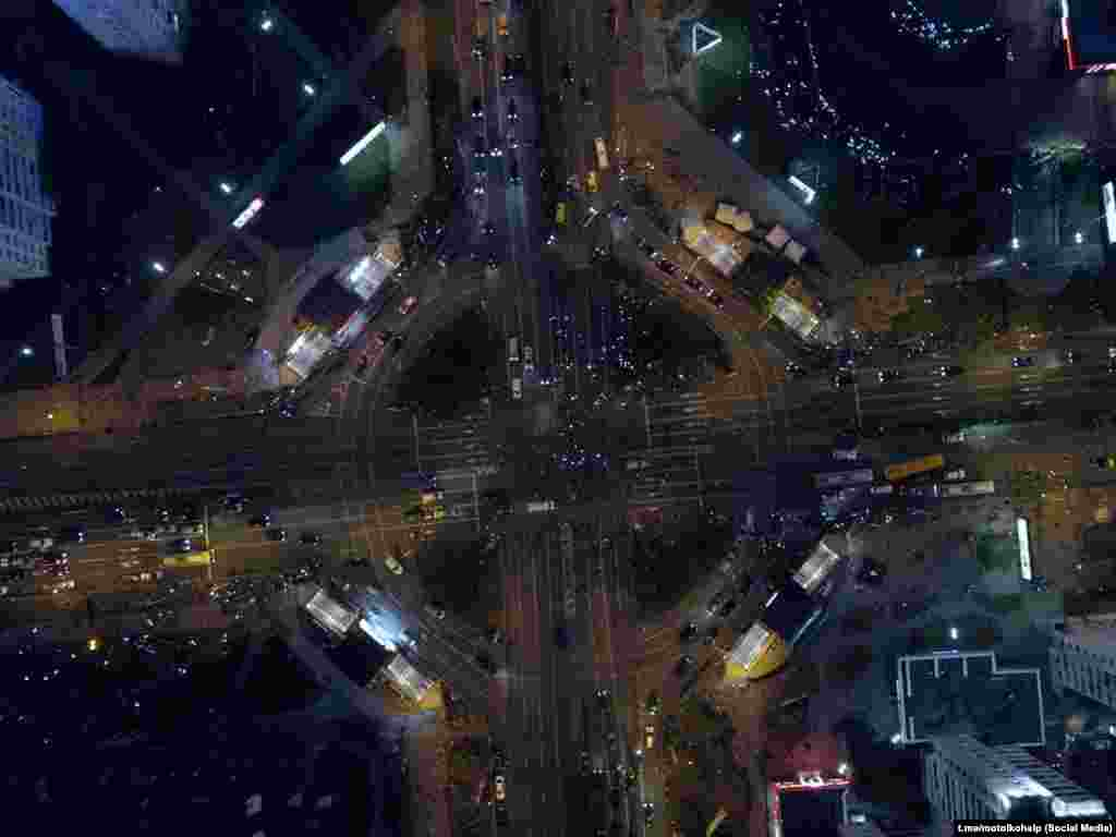"""В районе станции метро """"Пушкинская"""" и на проспекте Дзержинского в Минске автомобилисты блокировали дороги, ехали медленно, включив аварийные огни и сигналя протестующим на улицах"""