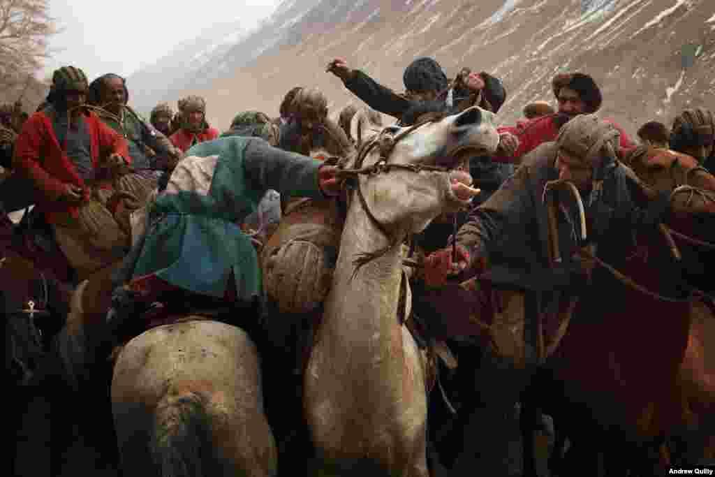 Каждый уголок Афганистана пропитан историей. На этой фотографии афганцы играют в древнюю игру – бузкаши. На участниках надеты шлемы советских танкистов, которые остались здесь после десятилетнего присутствия СССР