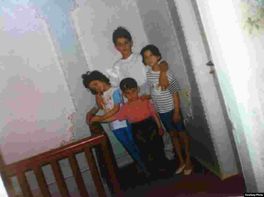 На семейном фото Тамерлан (в центре вверху) и Джохар (в центре внизу) со своими сестрами в их старом доме в Кыргызстане.