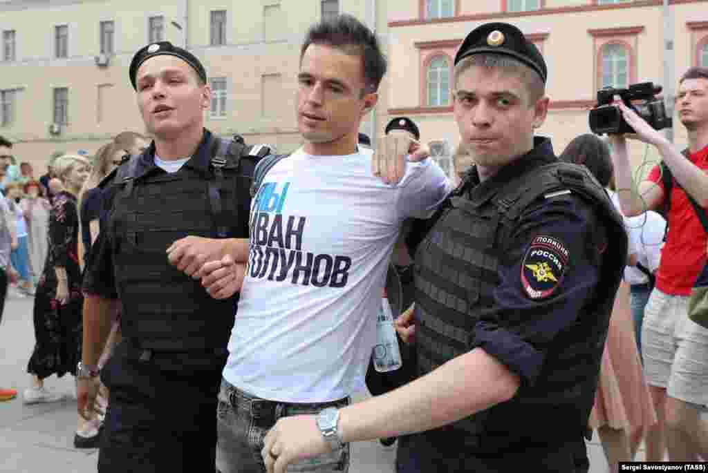 """Полицейскиепросилилюдей снять футболки с надписью """"Я/Мы Иван Голунов"""" и задерживали людей выборочно, выдергивая их из толпы"""
