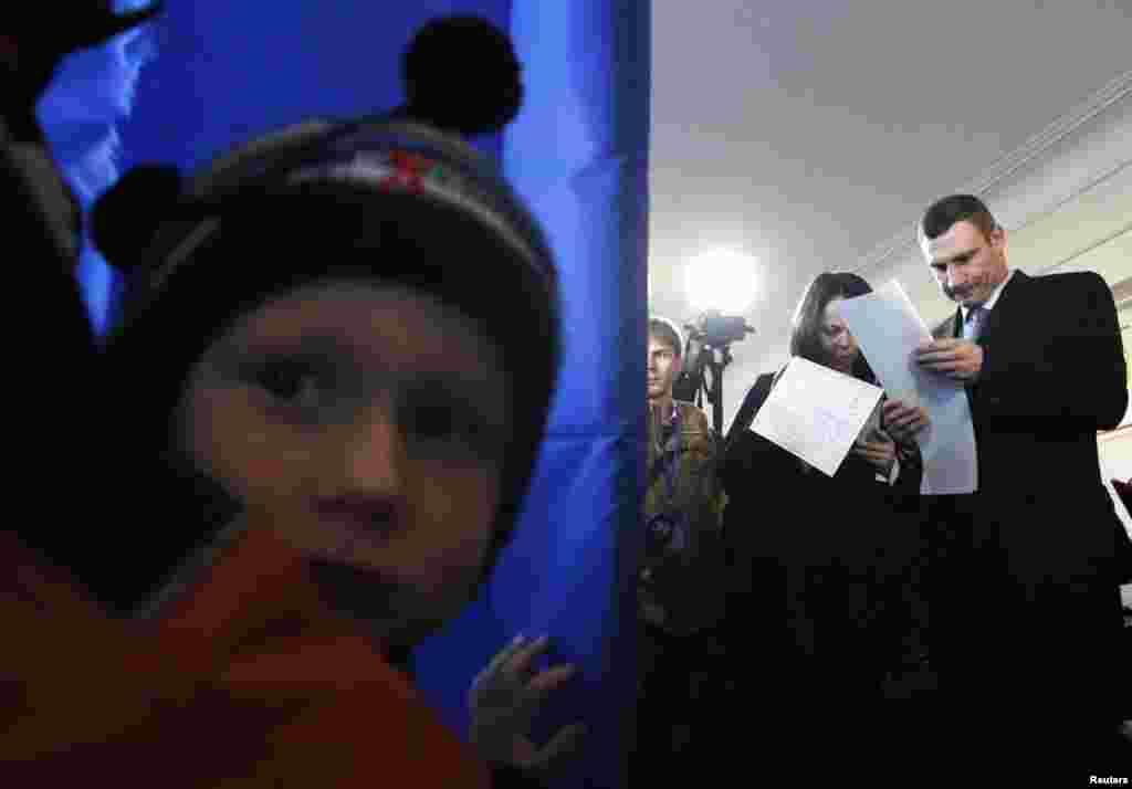 Мэр Киева Виталий Кличко на избирательном участке в столице Украины