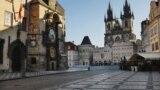 Безлюдный мост в центре Праги. 15 марта 2020 года. Туристические районы Праги опустели после того, как власти закрыли рестораны, бары и большинство магазинов