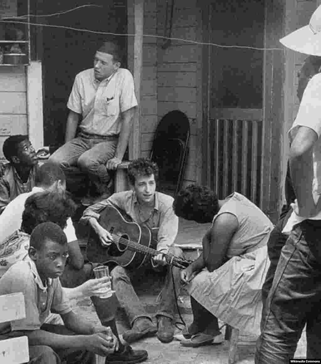 Дилан с членами Студенческого координационного комитета против насилия в Гринвуде, 1963 год.