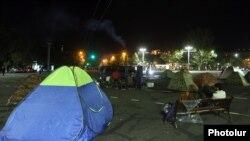 Палатки оппозиции на площади Франции в Ереване