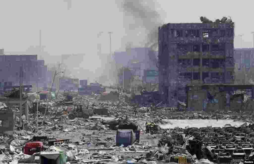 Официально причина взрыва пока не названа, однако государственный телеканал China Central Television (ССTV) сообщил, что подорвалась партия взрывчатых веществ и цистерн с горючим в грузовом терминале городского порта