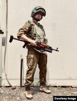 Японец Хаяо Сато в форме спецназа ФСБ образца конца 90-х годов с копией автомата Калашникова с подствольным гранатометом