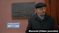 "Олег Орлов у офиса ""Мемориала"""