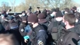 Нарушители карантина на спортплощадке: конфликт в киевском Гидропарке