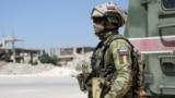 Офицер российской армии около разрушенного здания в провинции Дераа-аль-Балад, 9 сентября 2021