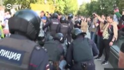 Police Unleash Clubs, Beating And Detaining People In The Russian Capital