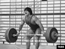 Weightlifter Israil Arsamakov won the under-90-kilograms category at the 1983 USSR Weightlifting Cup.