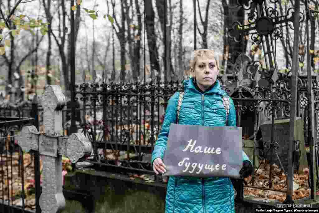 Активисты фотографировались на кладбище, на вокзале, в скверах парков, усыпанных опавшими листьями, а также возле мусорных баков