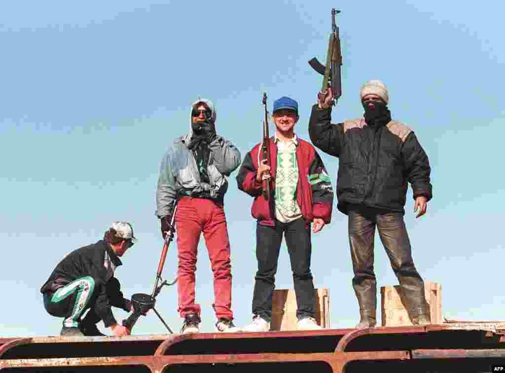 В январе 1997 года в Албании обрушились несколько крупных финансовых пирамид, что спровоцировало разорение вкладчиков и массовые протесты. Восставшие албанцы захватили и разграбили военные склады. Исчезло свыше трех с половиной тонн взрывчатки и свыше 300 тысяч единиц огнестрельного оружия. Спустя несколько лет этим же оружием пользовались албанские сепаратисты во время конфликта в Косово На фото – вооруженные мятежники во время протестов в городе Люшня. Март 1997 года