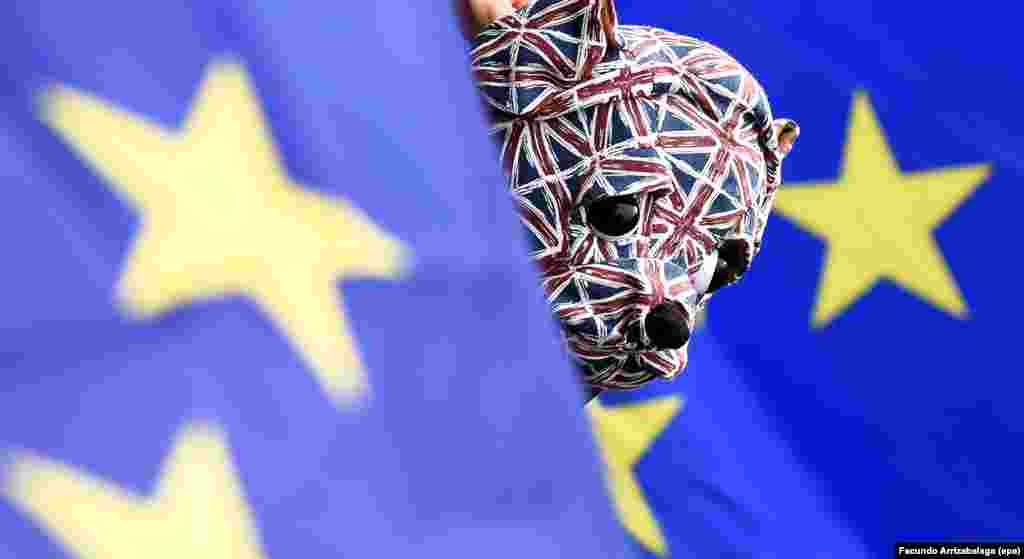 """Во время всенародного референдума 23 июня 2016 года 51,9% британцев высказались за выходстраны из Европейского союза. Эту кампанию окрестили словом """"брекзит"""". После голосования правительство Дэвида Кэмерона ушло в отставку, а новым премьер-министром страны стала Тереза Мэй. Биржи отреагировали на брекзит резким падением, а в британской прессе сообщалось о ряде ксенофобских инцидентов сразу после референдума. Но вскоре новости о брекзите утихли. Процесс """"развода"""" Великобритании с ЕС может занять два года, но как в реальности будут проходить процедуры — неизвестно. Ранее статья 50 соглашения ЕС, которая регулирует этот процесс, никогда не применялась"""