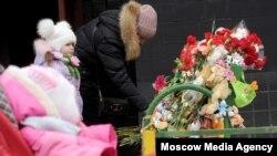 """Цветы и игрушки у дома на ул. Народного Ополчения, где проживает семья убитой 4-летней девочки. Фото: агентство """"Москва"""""""