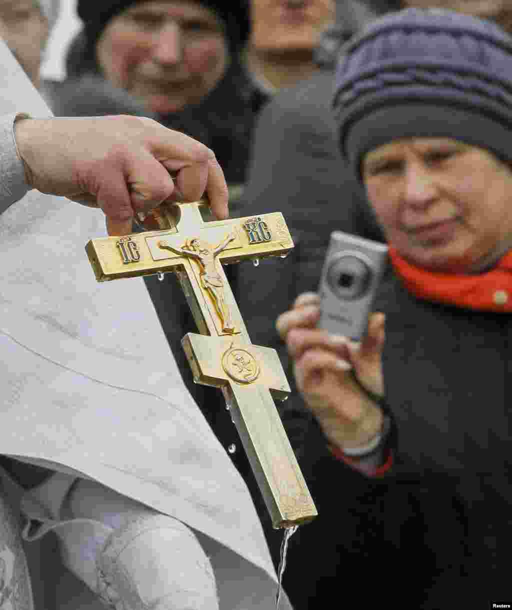 Православные вэтот день отправляются вхрамы заводой: они верят, что крещенская вода дает духовное ителесное здоровье