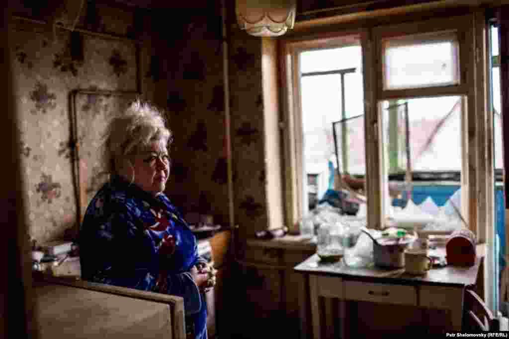Жительница Дебальцево демонстрирует разрушения причиненные её квартире мародёрами