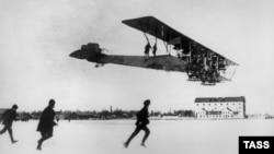 """Сикорский приземляется на самолете """"Илья Муромец"""" в 1914 году"""