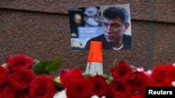 Фотография Бориса Немцова на месте его убийства в Москве