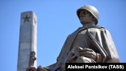Мемориальный комплекс в честь воинов Красной армии, погибших в 1944-1945 годах. Варшава, Польша, 8 августа 2017