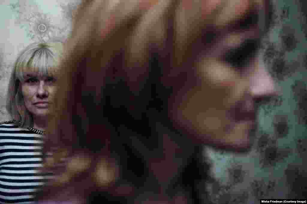 Женщина слева – Яна. Она недавно вышла из тюрьмы, а социальный работник Ольга (справа) помогает ей адаптироваться к нормальной жизни в Мариуполе