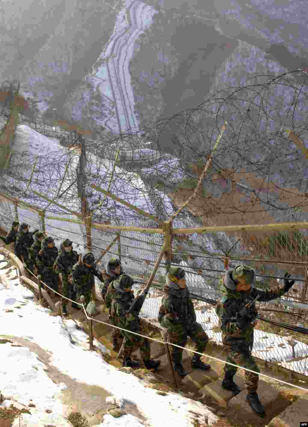 Еще одна стена находится на демилитаризированной зоне между Северной и Южной Кореями. Ее длина - 240 км, некоторые ее участки также находятся под напряжением. Забор между государствами появился в 70-х прошлого столетия, когда стороны не смогли договориться о перемирии. В августе 2015стороны впервые за долгое время обстреляли друг друга
