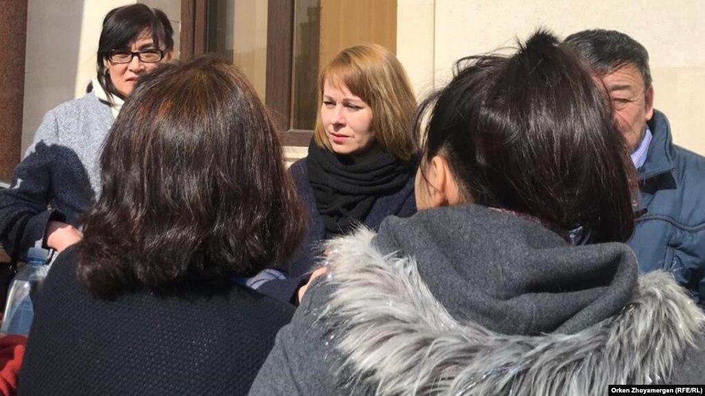 Светлана Глушкова у здания суда в Нур-Султане