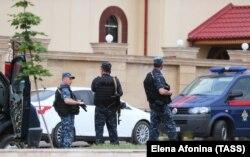 Сотрудники полиции у церкви Архангела Михаила, где произошло нападение на прихожан, 19 мая 2018 года