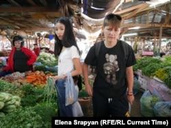 Лай и Лена на рынке. Фото: Елена Срапян