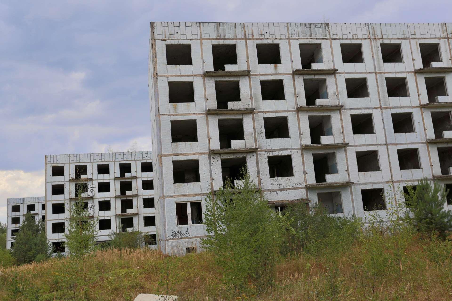Заброшенные пятиэтажки в Ральско неподалеку от бывшей советской авиабазы