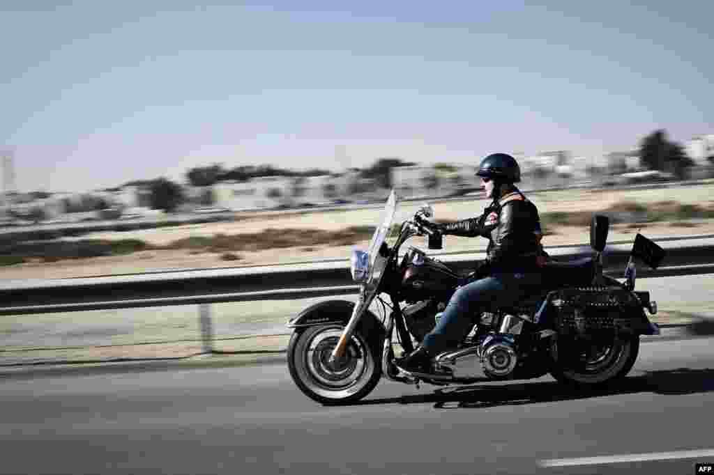 На фото – Энн аль-Заяни, женщина-байкер из Бахрейна. Энн работает главой пиар-отдела в госпитале Американской миссии, а в свободное время рассекает по просторам страны