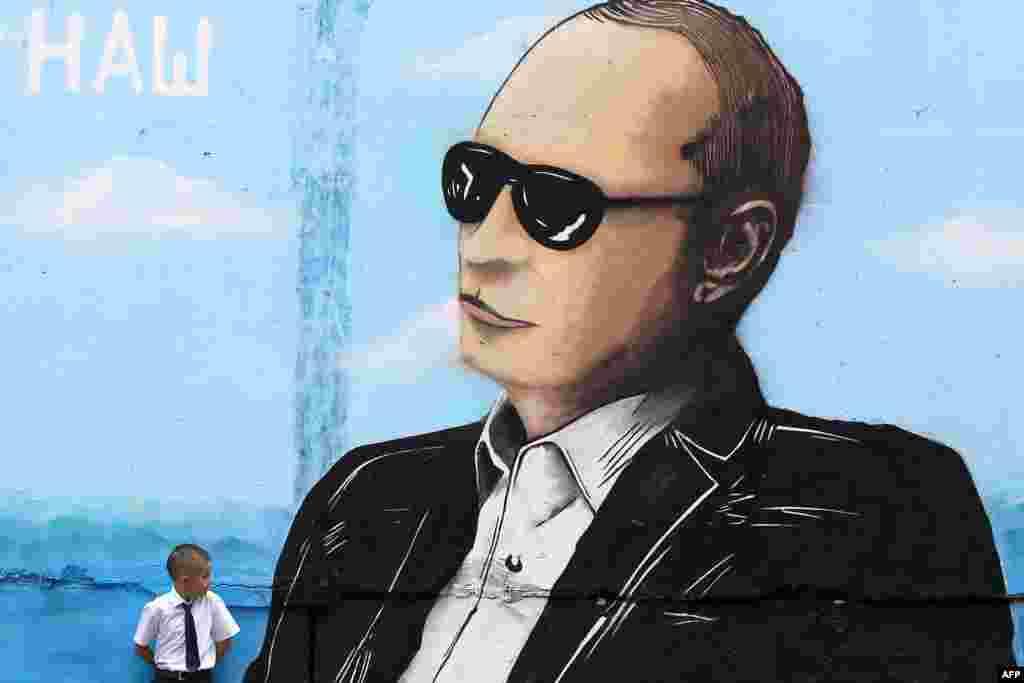 Мальчик в Симферополе у граффити с изображением Путина, 1 сентября 2015