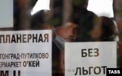 Трудовые мигранты в автобусе у Единого миграционного центра Московской области в Путилково, май 2021 года. Фото: ТАСС